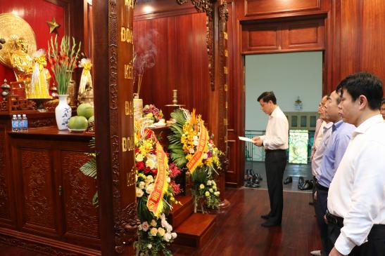 Đảng ủy Bộ Giao thông vận tải dâng hương và báo công với Chủ tịch Hồ Chí Minh