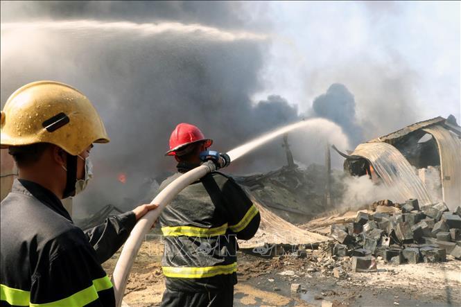 Hải Phòng: Cháy lớn thiêu rụi hàng nghìn mét vuông xưởng sản xuất bao bì nhựa