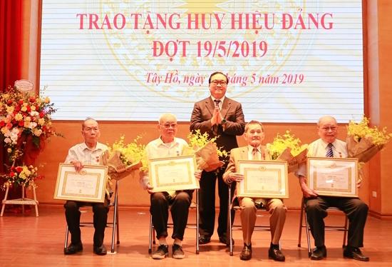 Hà Nội: Trao tặng Huy hiệu Đảng đợt 19/5 cho trên 7.000 đảng viên