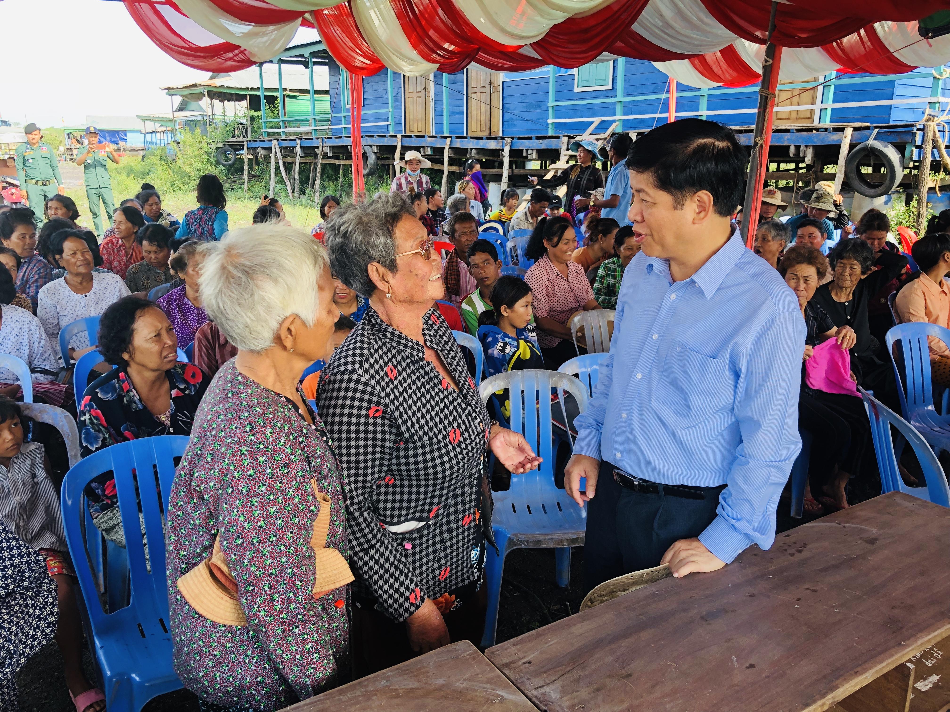 Thăm hỏi, tặng quà kiều bào tại tỉnh Com-pông Chờ-nang (Cam-pu-chia)