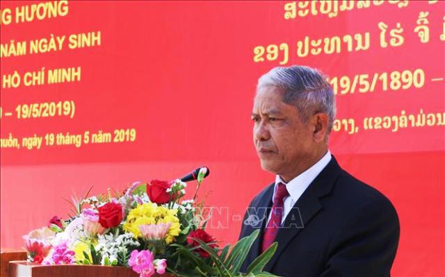 Dâng hương kỷ niệm sinh nhật Bác Hồ kính yêu tại Lào