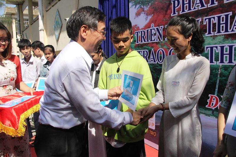 Đà Nẵng trao học bổng cho 100 em học sinh nghèo vượt khó