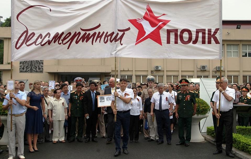 """Hơn 1.000 người diễu hành tưởng niệm """"Binh đoàn bất tử"""""""