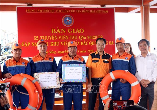 Vượt đêm tối cứu 52 thuyền viên gặp nạn trên biển