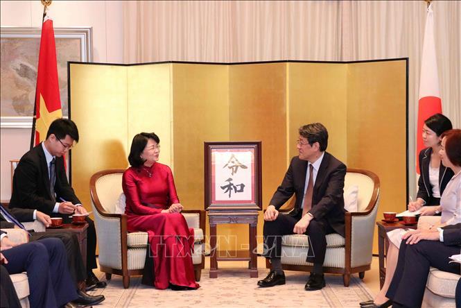 Đồng chí Đặng Thị Ngọc Thịnh ghi sổ mừng nhân dịp Nhà Vua Nhật Bản Naruhito lên ngôi
