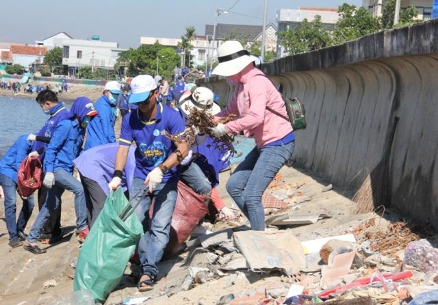 Tặng 280 bộ lưới cho ngư dân để thu gom rác trên mặt biển