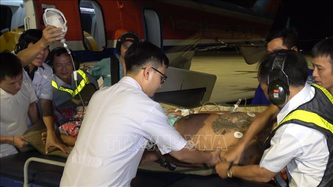 Đưa về đất liền cấp cứu hai ngư dân gặp nạn ở Trường Sa