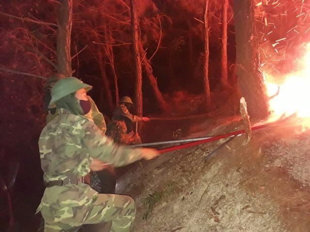 Gần 100 cán bộ, chiến sĩ cùng người dân thâu đêm chữa cháy rừng