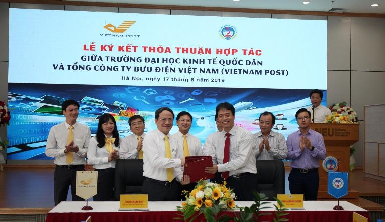 """Sinh viên trường Đại học Kinh tế Quốc dân sẽ nhận học bổng """"VIETNAM POST - Đồng hành cùng Sinh viên"""""""