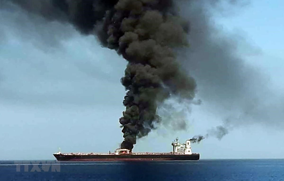 """Tàu của Nhật Bản đã bốc cháy trong """"một vụ tấn công"""" trên Vịnh Oman"""