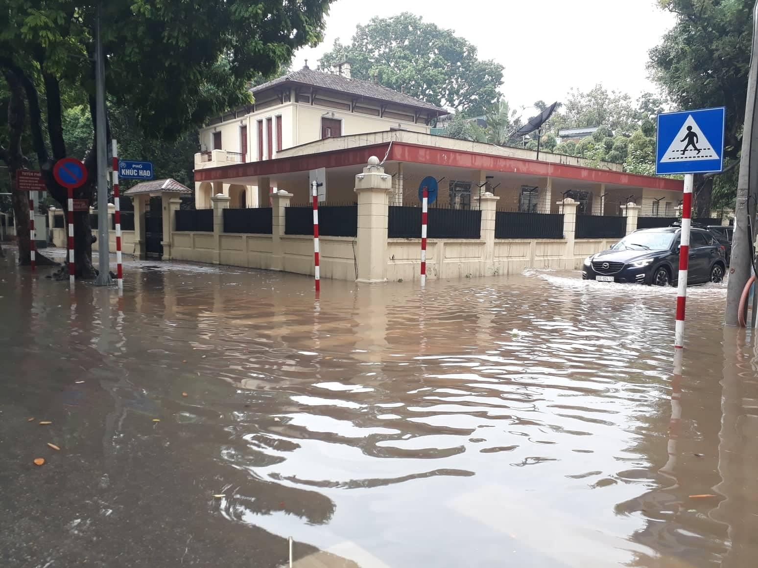 Hà Nội: Mưa lớn, nhiều tuyến đường bị ngập