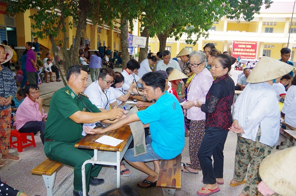 Phối hợp khám bệnh, tặng quà cho nhân dân biên giới tỉnh Tây Ninh