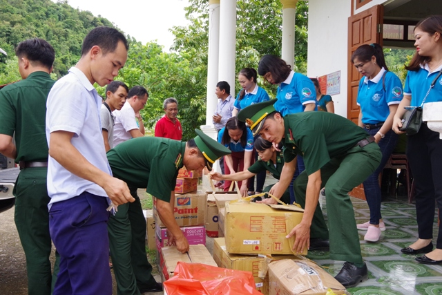 Tặng quà gia đình chính sách ở 2 xã biên giới tỉnh Nghệ An
