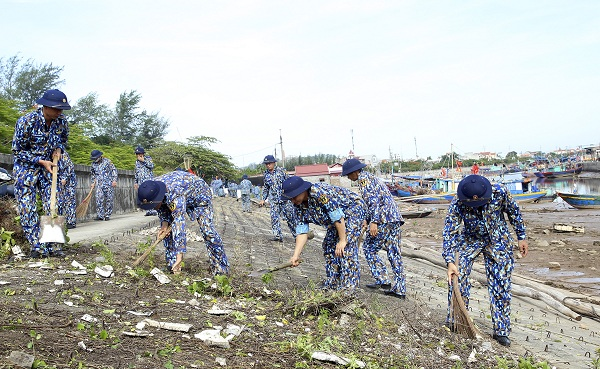 Tuổi trẻ Vùng 1 Hải quân chung tay làm sạch biển