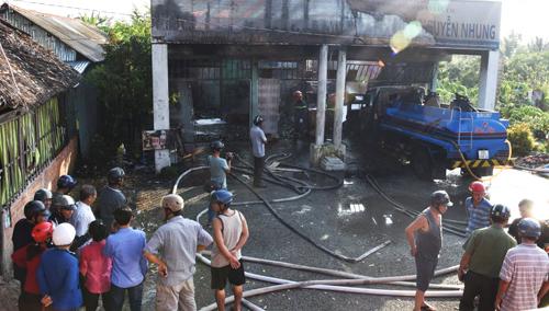 Hỏa hoạn thiêu rụi cửa hàng xăng dầu, 2 người bị thương