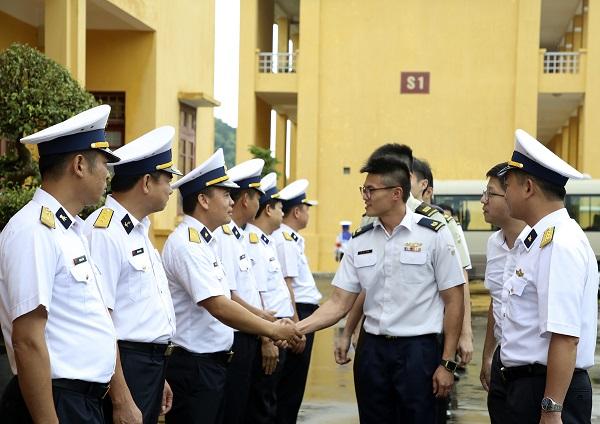 Đoàn sĩ quan trẻ Quân đội Singapore thăm Hải quân Việt Nam