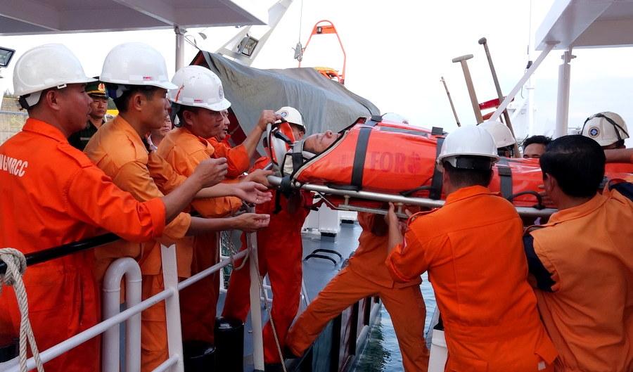 Cấp cứu kịp thời ngư dân lao động trên biển bị tai nạn