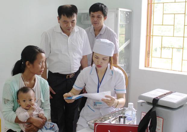 Kiểm tra công tác tiêm chủng tại huyện Vị Xuyên - Hà Giang