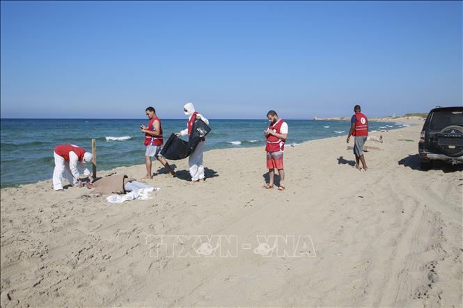 Trục vớt được hàng chục thi thể người di cư sau vụ đắm tàu ngoài khơi Libya