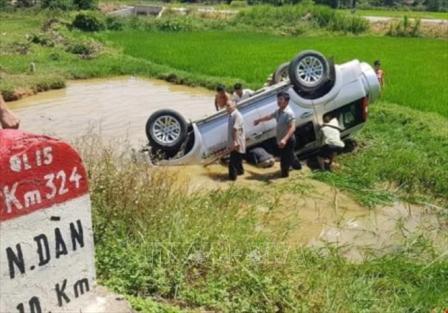 Xe ô tô 7 chỗ lao xuống hố nước, 5 người thương vong