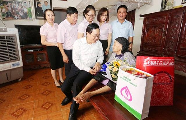 Tổng Giám đốc Dương Quyết Thắng thăm và tặng quà cho các Mẹ Việt Nam Anh hùng