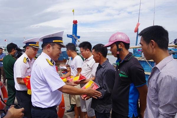 Hải quân Việt Nam làm điểm tựa cho ngư dân bám biển