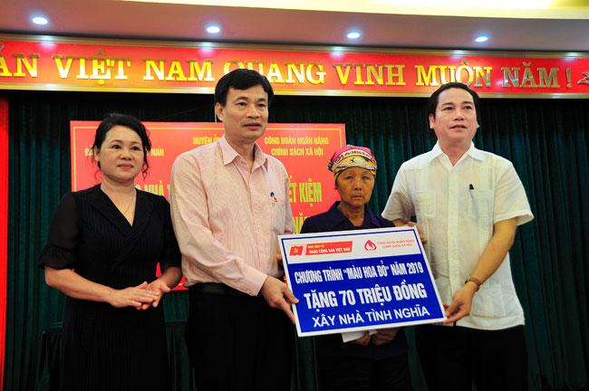 """Chương trình """"Màu hoa đỏ năm 2019"""" tặng nhà, trao sổ tiết kiệm tình nghĩa tại Bắc Giang"""