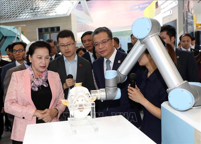 Chủ tịch Quốc hội Nguyễn Thị Kim Ngân thăm Trung tâm triển lãm Trung Quan Thôn