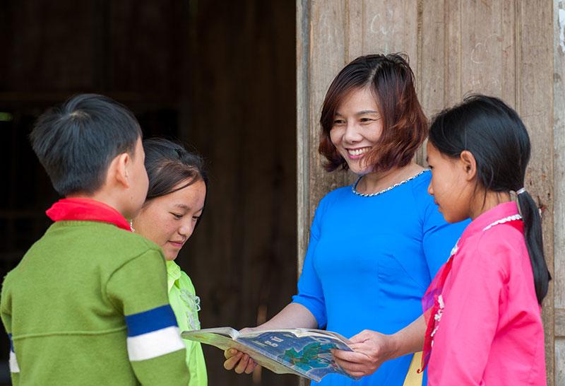 Cô giáo trẻ vượt núi mang chữ tới vùng xa
