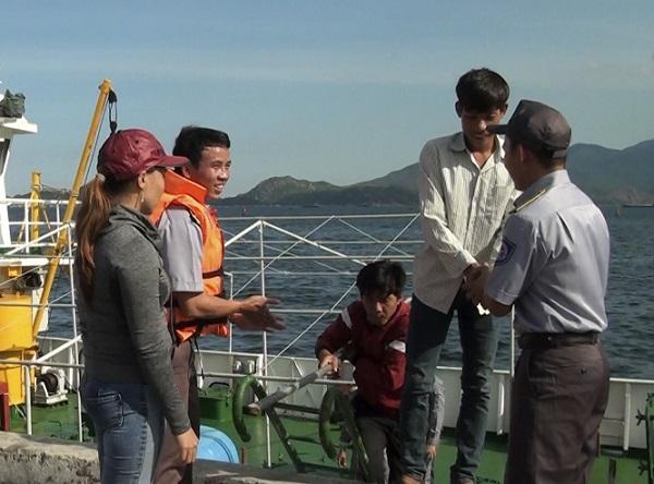 Đưa 13 ngư dân gặp nạn ở Trường Sa về bờ an toàn