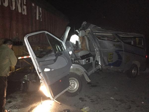 Hưng Yên: Xe khách va chạm xe container, 16 người bị thương
