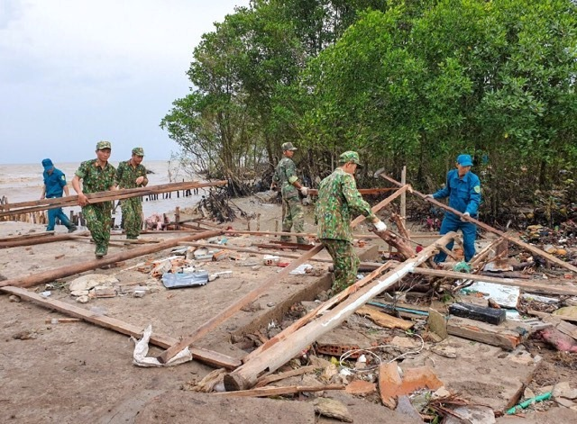 Lực lượng vũ trang Kiên Giang hỗ trợ nhân dân khắc phục hậu quả thiên tai