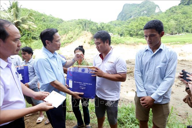 Chia sẻ khó khăn với người dân vùng lũ Quan Sơn (Thanh Hóa)