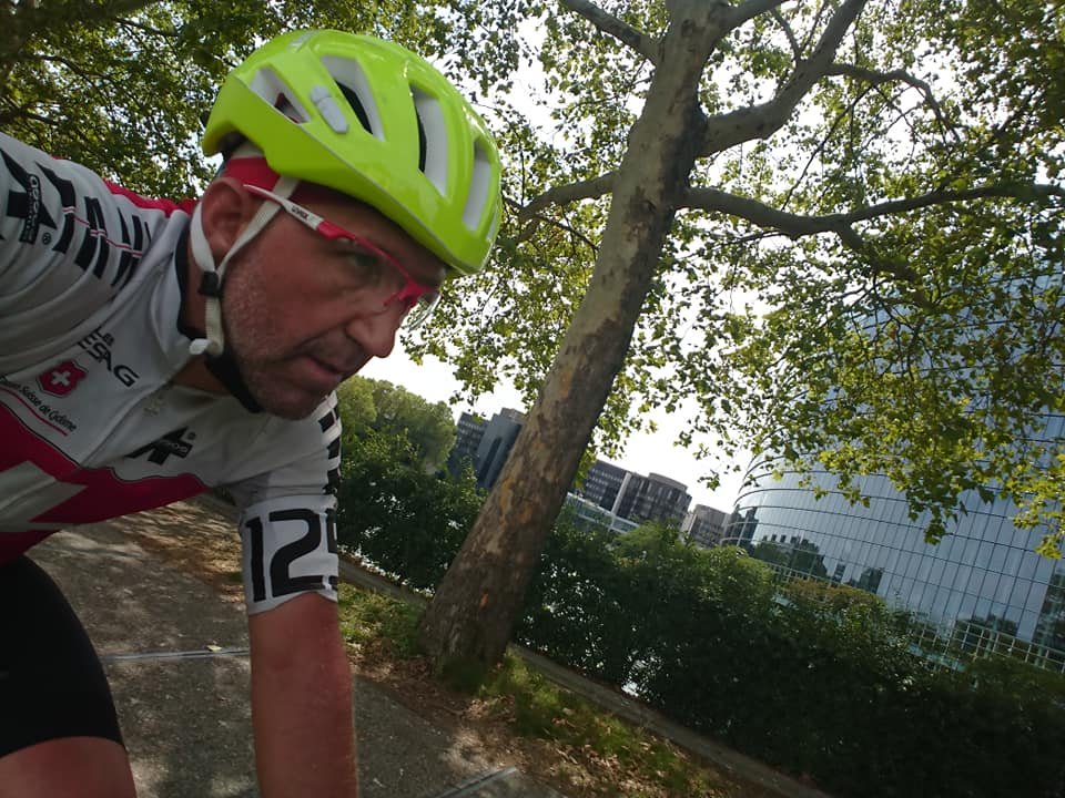 Lập kỷ lục Guinness khi đạp xe qua 16 nước trong 6 ngày