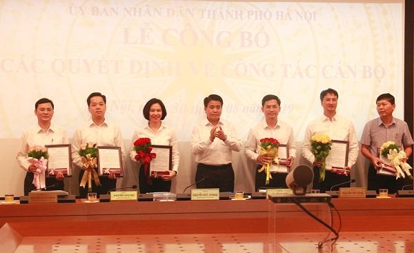 Chủ tịch UBND TP Hà Nội trao quyết định về công tác cán bộ