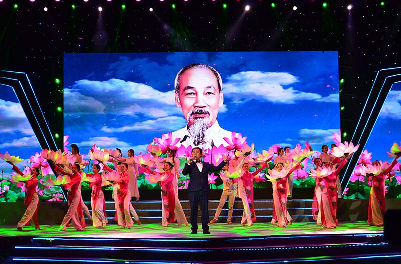 """""""Việt Nam – Ngàn gấm hoa"""""""