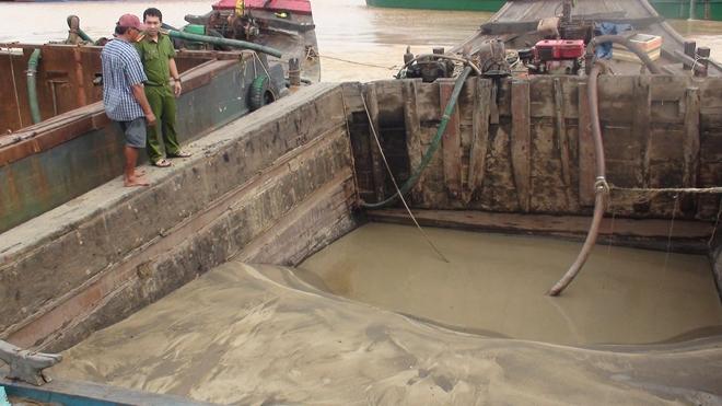 Bắt 4 thuyền bơm hút cát trái phép trên sông Đồng Nai