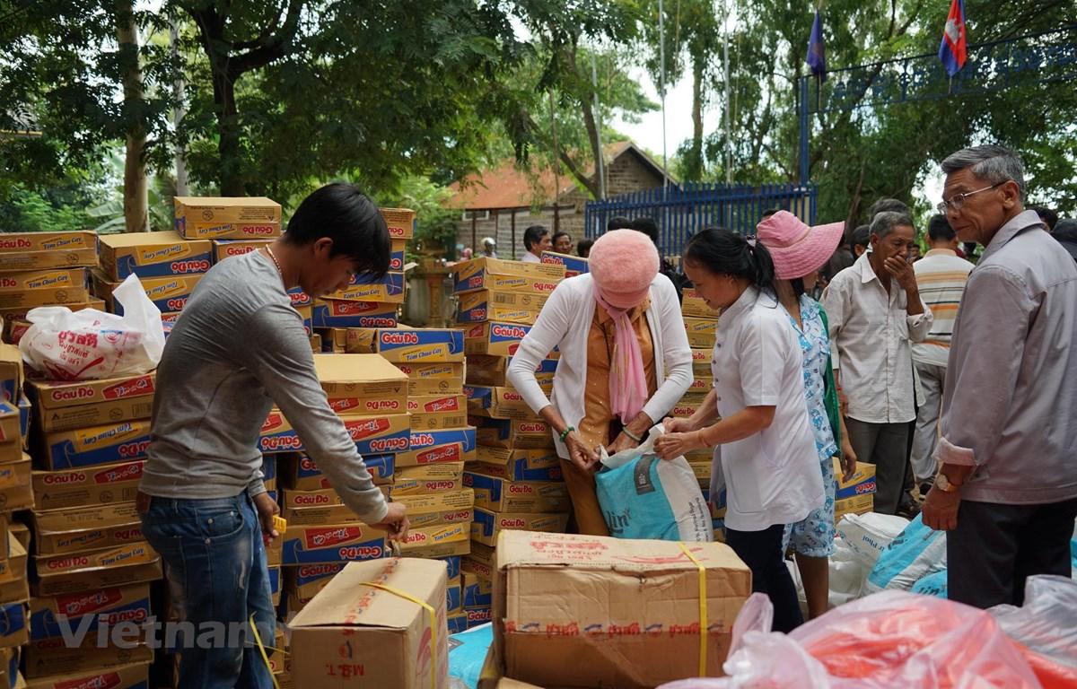 Tặng quà nhân đạo cho bà con nghèo người Campuchia gốc Việt