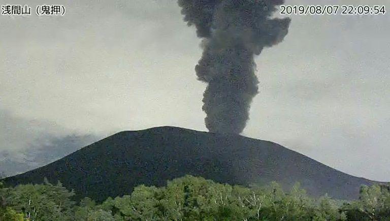 Nhật Bản cảnh báo núi lửa phun trào, hạn chế tiếp cận