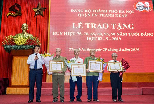 Hà Nội: Trao tặng Huy hiệu Đảng cho các đảng viên lão thành