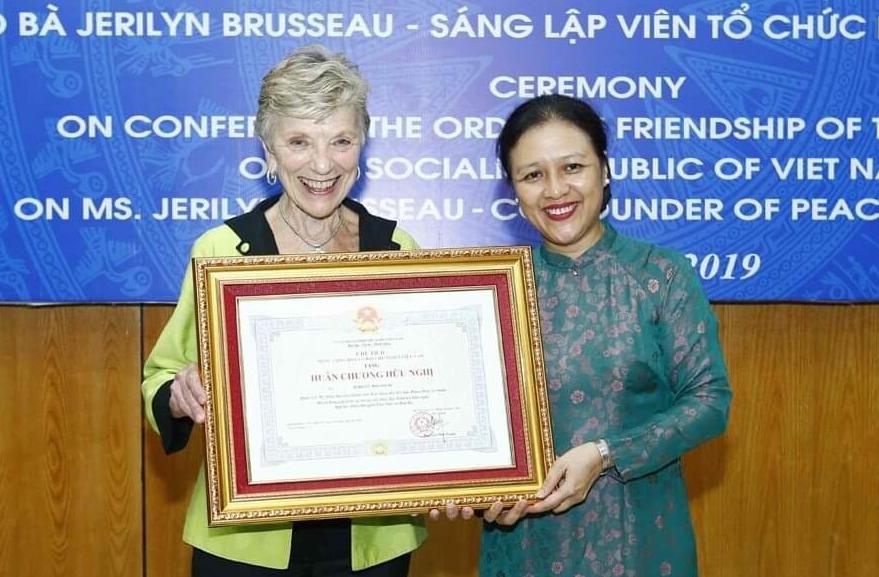 Trao Huân chương Hữu nghị tặng người sáng lập tổ chức PeaceTrees Vietnam