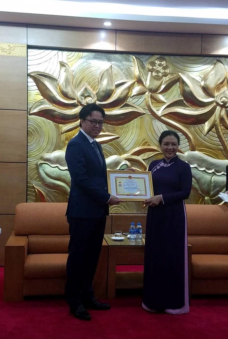 """Trao Kỷ niệm chương """"Vì hòa bình, hữu nghị giữa các dân tộc"""" tặng Đại sứ Prak Nguon Hong"""