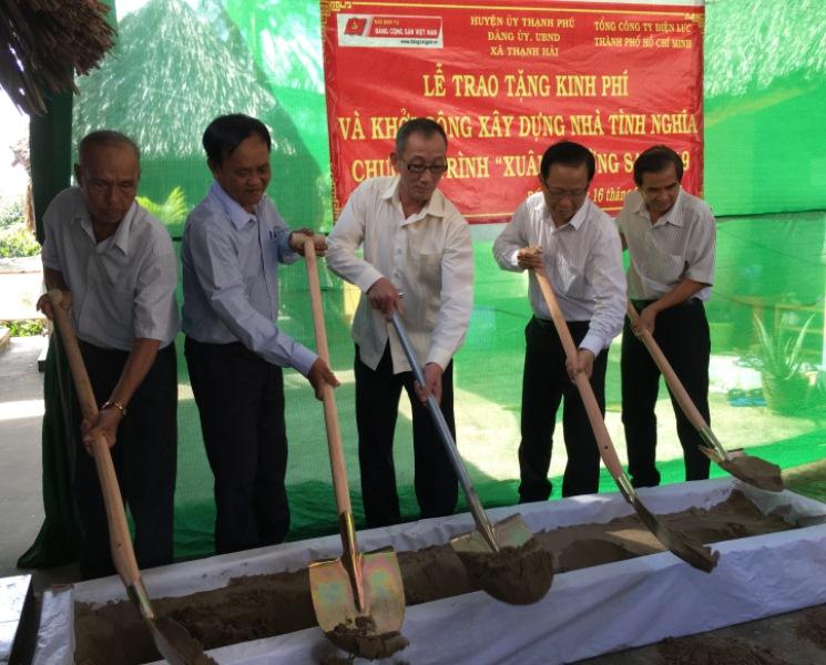 """Chương trình """"Xuân Trường Sa""""  trao tặng kinh phí xây nhà tình nghĩa tại Bến Tre"""