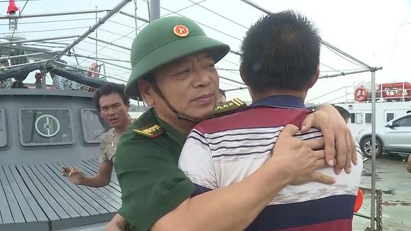 4 thuyền viên được cứu sống trong vụ chìm tàu tại vùng biển Quảng Bình