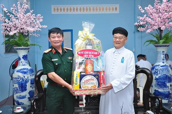 Quân khu 7 chúc mừng Tòa thánh Cao Đài Tây Ninh nhân dịp Đại lễ Hội Yến Diêu Trì Cung