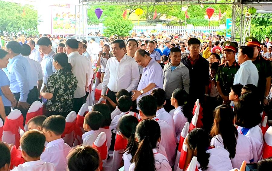 Thủ tướng Nguyễn Xuân Phúc vui tết Trung thu với trẻ em