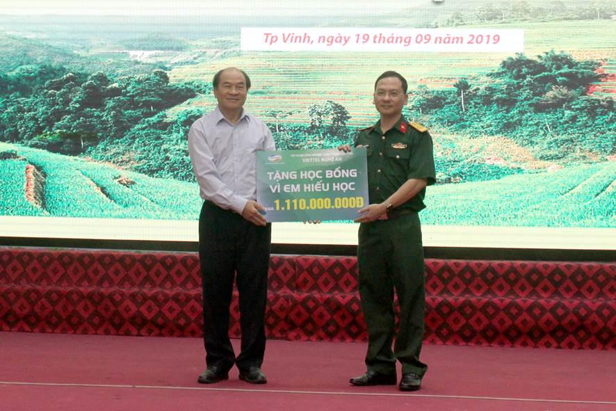 Viettel Nghệ An trao tặng 5,79 tỷ đồng cho học sinh nghèo hiếu học
