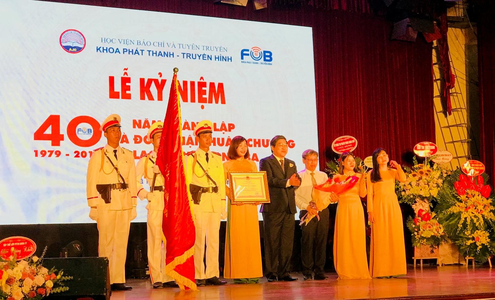 Khoa Phát thanh-Truyền hình đón nhận Huân chương Lao động hạng Ba