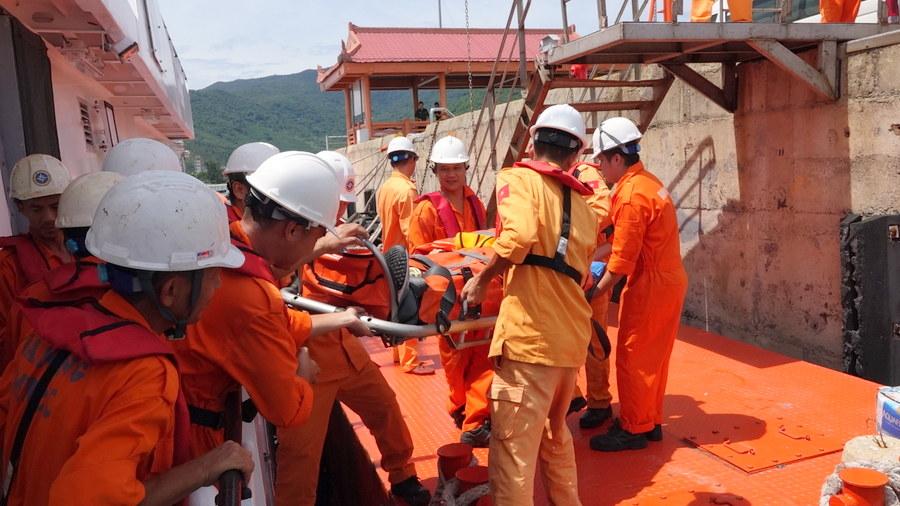 Cứu nạn thuyền viên người nước ngoài khu vực biển Hoàng Sa