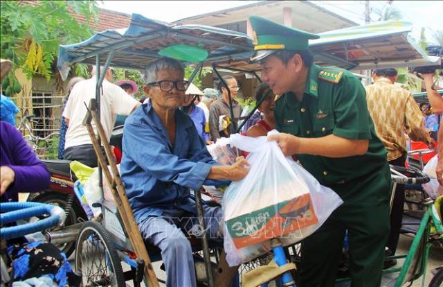 Bộ đội Biên phòng tặng quà cho bệnh nhân phong ở Quy Hòa